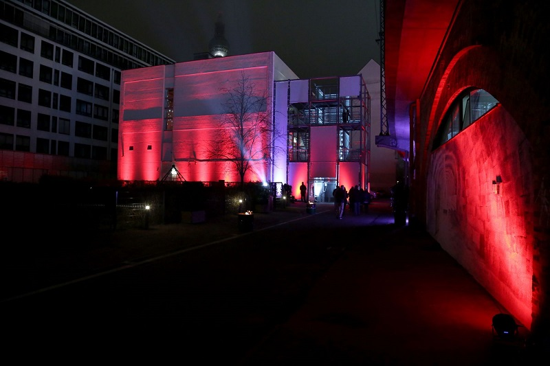 Außenbereich-mit-Feuertonnen-illuminiert