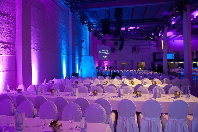 Conference-Hall-Binnerbestuhlung-Tafeln