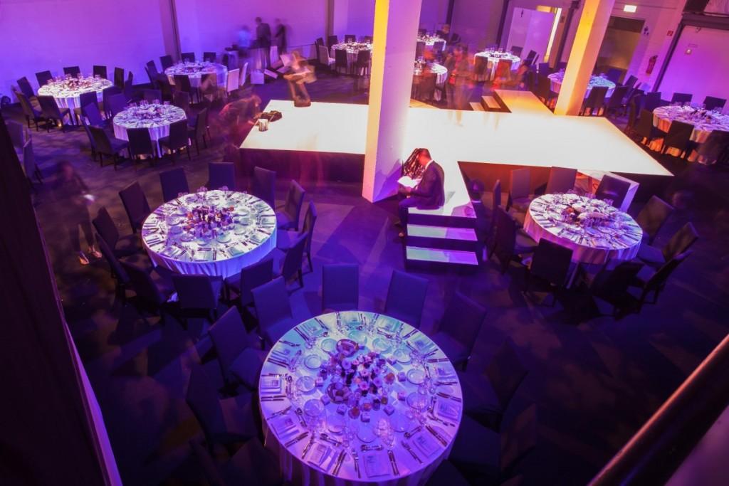 Conference-Hall-Dinnerbestuhlung-Mittelbühne-1024x683